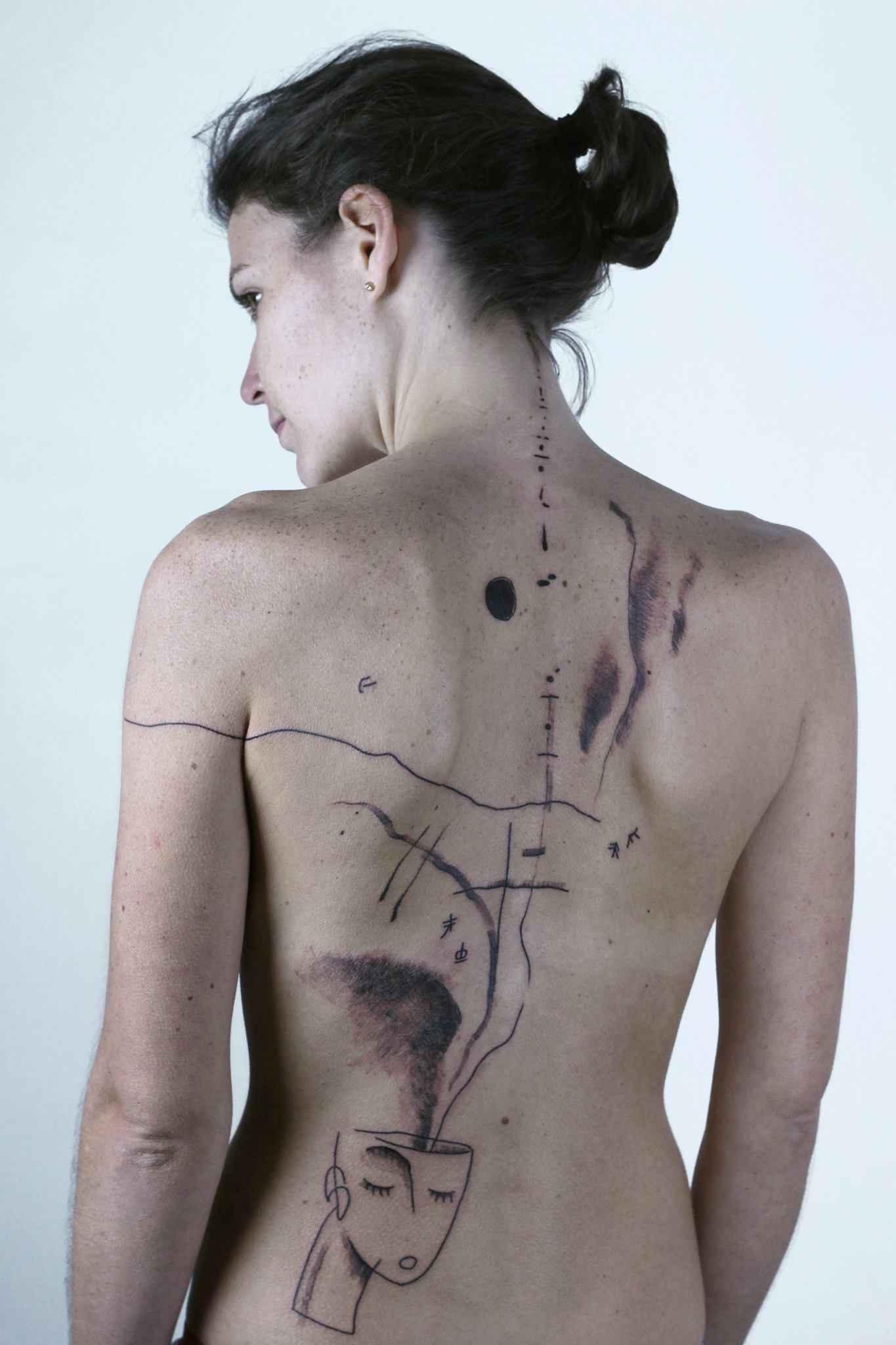 Обнаженная девочка Лама с татуировками