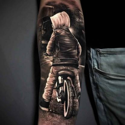 Tattoo artist Hugo Fiest